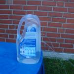 Experiment 5, Bild 1: Das Wasser schießt unterschiedlich weit durch die verschiedenen Löcher