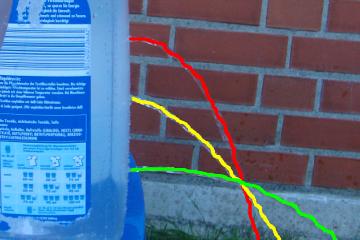 Experiment 5, Bild 2: Das Wasser schießt unterschiedlich weit durch die verschiedenen Öffnungen