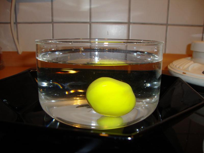Experiment 8, Bild 1: Warum schwimmt ein Schiff aus Metall? Die Kugel aus Knete geht unter.