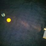 Experiment 14, Bild 3: Wie entstehen die Mondphasen? Auge und beide Bälle müssen eine Linie bilden. Die nahe Kugel stellt die Erde da, die entfernte den Mond.