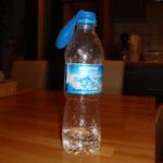 Experiment 18, Bild 2: Flasche mit Essig, Ballon mit Backpulver gefüllt über dem Flaschenhals