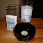Experiment 19, Bild 1: Essig, Backpulver, Teelicht in einer kleinen Schüssel und ein hohes Glas