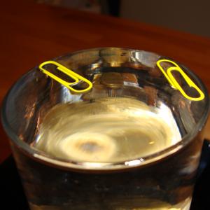 Experiment 22: Büroklammern schwimmen durch die Oberflächenspannung