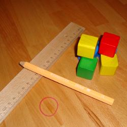 Experiment 25, Bild 1: Was brauche ich? Lineal, dicker Bleistift, Gummiband, Bauklötze