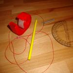 Experiment 27, Bild 1: Den Breitengrad bestimmen mit Winkelmesser, Schnur, Bleistift, Tesafilm, Schraube und Polarstern