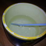 Experiment 28, Bild 1: Was ist Brechung? Strohalm im Wasser sieht geknickt aus.
