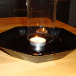 Experiment 32, Bild 1: Eine Kerze als Pumpe. Das Glas über die brennende Kerze stülpen.
