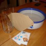 Experiment 38, Bild 1: Schüssel, 2 Gläser, Backpulver, Kaffeefilter, Gummiband
