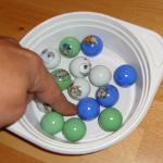 Experiment 40, Bild 2: Eine Schlüssel mit ein paar Murmeln lässt sich leicht umrühren.