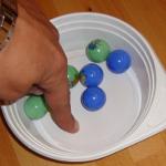 Experiment 40, Bild 3: Eine Schlüssel mit wenigen Murmeln lässt sich leicht umrühren, ohne die Murmeln zu berühren.
