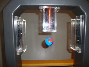 Magnete lassen einen kleinen Globus schweben